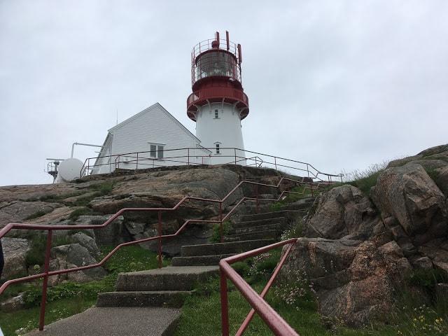 Lindesnes Fyr, et fredet kulturminne - Fyret sett fra trappene fra startpunktet på Lindesnes Fyr