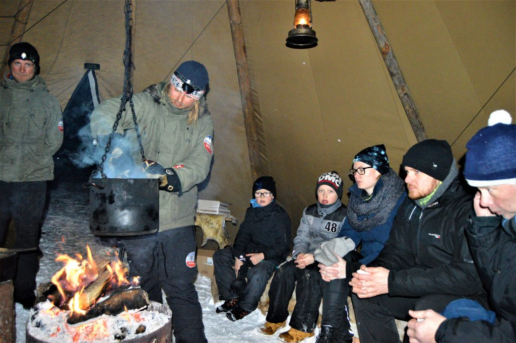 Servering av vilgryte i lavvo, Beitostølen