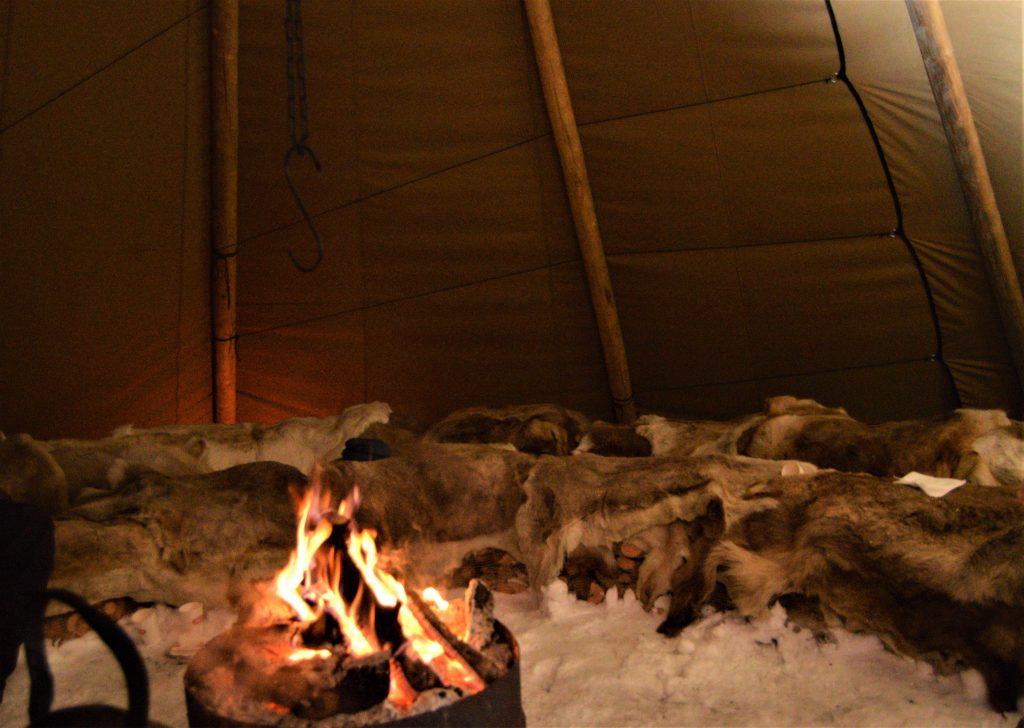 Varmende reisndyrskinn og bål i lavvoen, Beitostølen