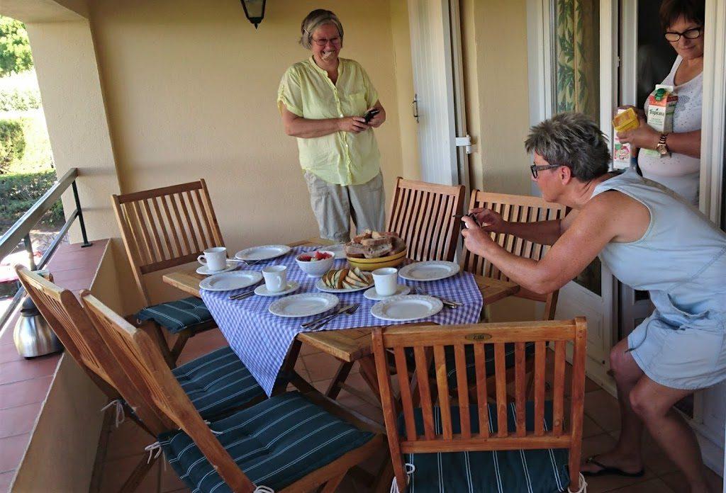 Bloggeren fotograferer før frokosten inntas i leiligheten i Les Issambres