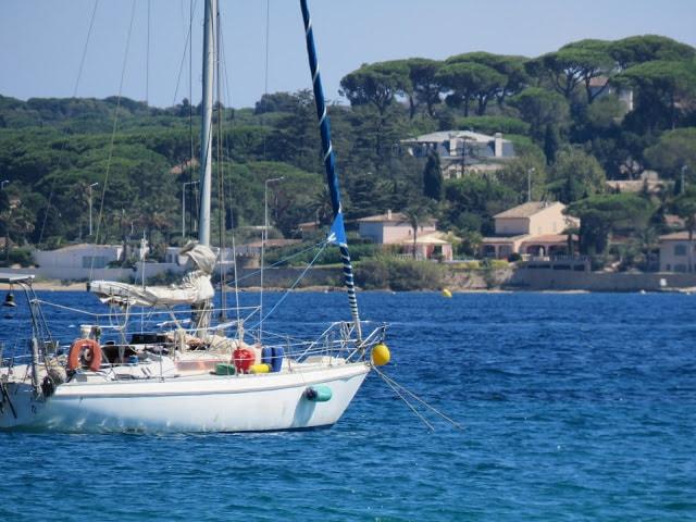 I Port Grimaud finner du den franske rivieras flotteste strand - Utsikt mot St. Tropez, sett fra Port Grimaud