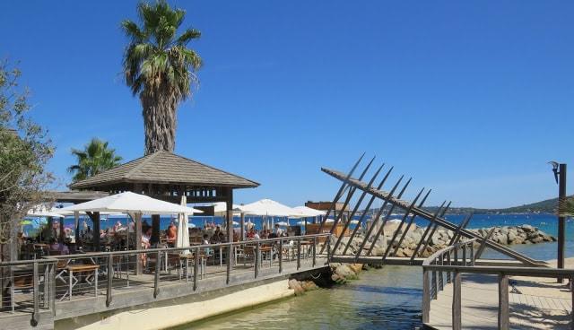 I Port Grimaud finner du den franske rivieras flotteste strand - Fra strand og rett over til restaurant i Port Grimaud