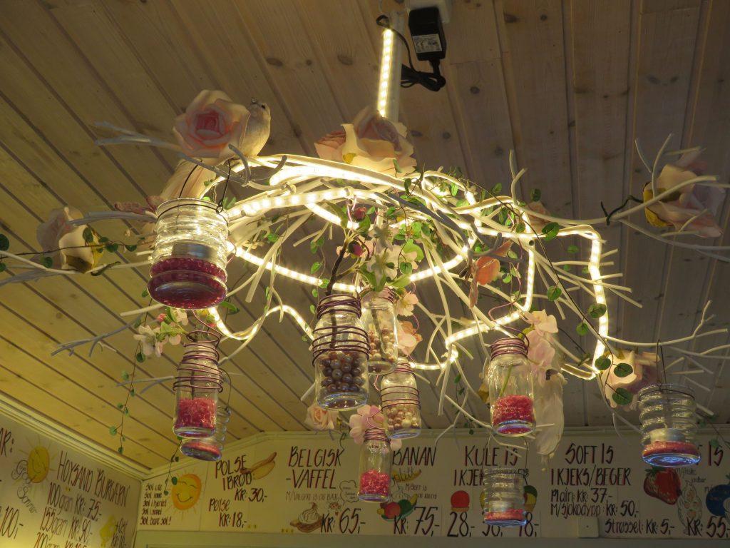 Den berømte lysekronen i ISI Bar, Høysand