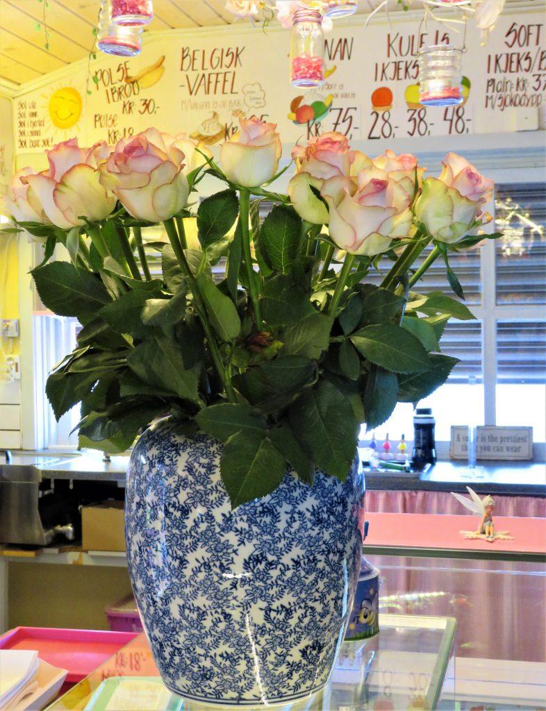ISI Bar, blomster til åpningen, Høysand