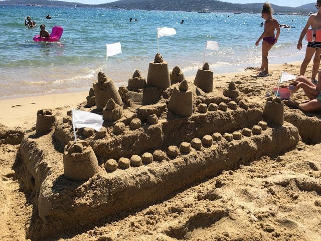 I Port Grimaud finner du den franske rivieras flotteste strand - Sandslott i strandsonene i Port Grimaud