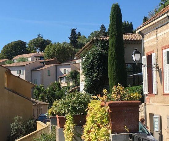 Grimaud i hjertet av Provence, snakk om sjarme! - Husene ligger tett i tett, og så vakkert.