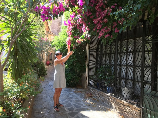 Jeg prøver å lukte på en Bougenvilla i Grimaud