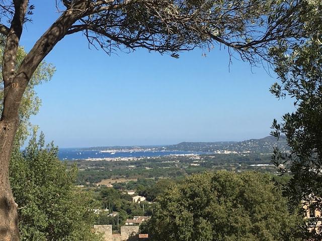 Oversikt fra toppen av Grimaud over St. Tropezbukten