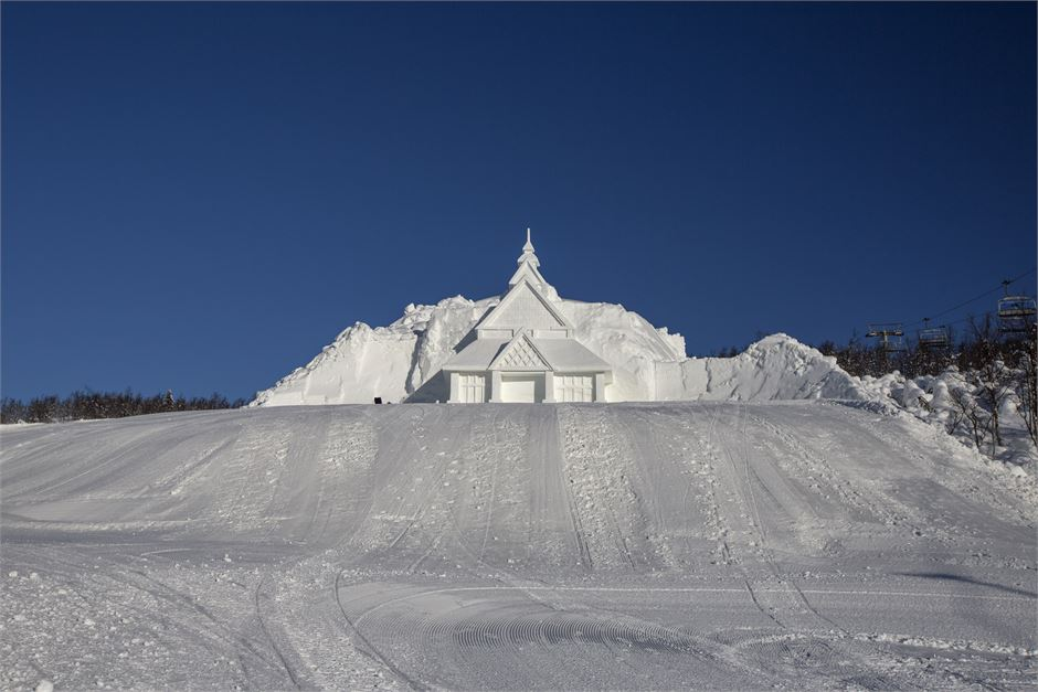 Stavkirke laget i snø på Beitostølen