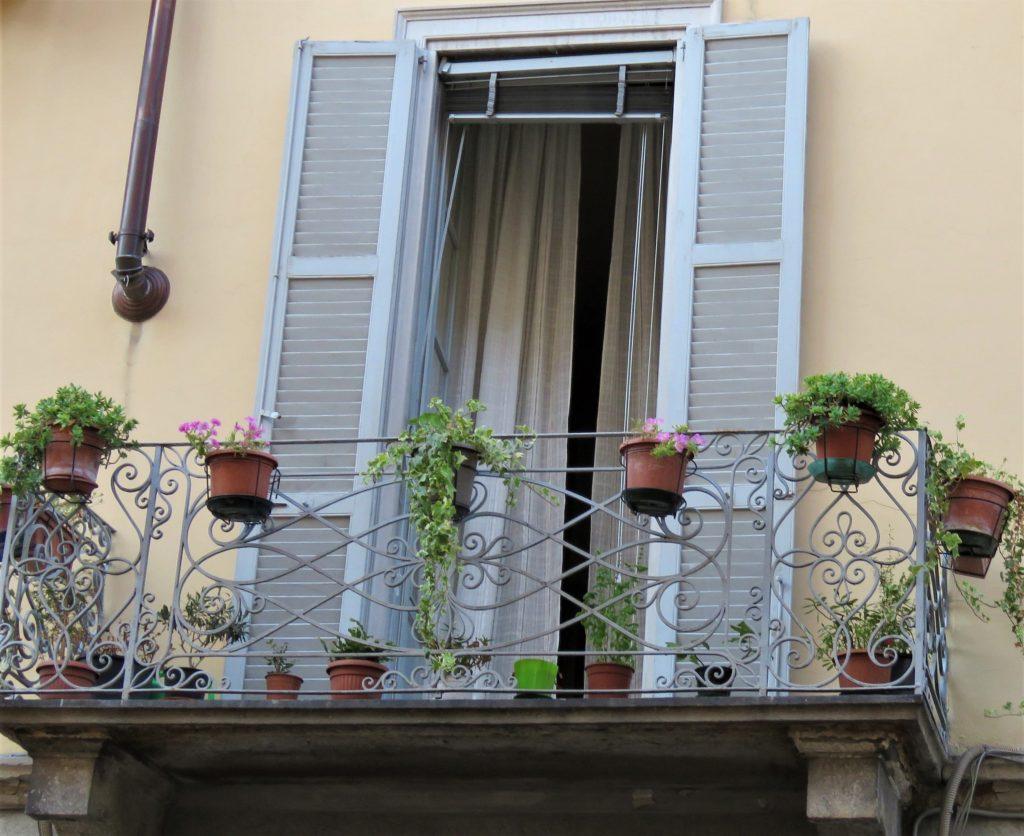 Veranda med blomsterpotter i gamle Como
