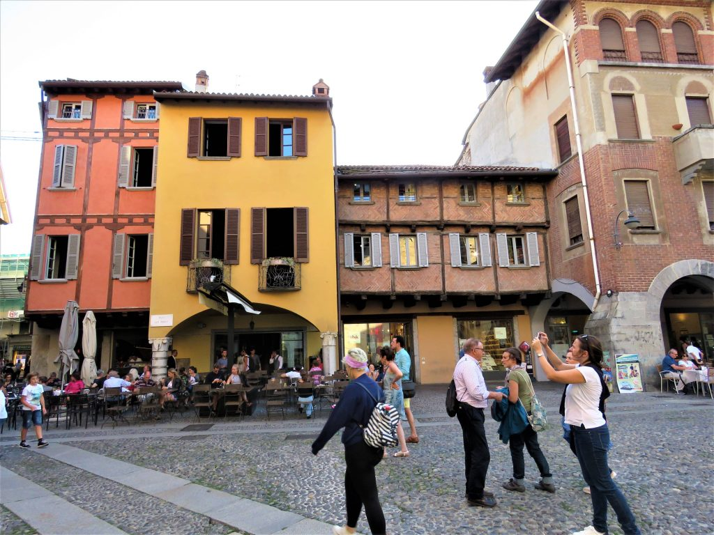 Turister på en plass i gamle Como