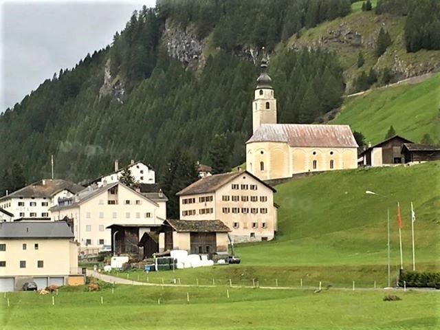 Foto tatt gjennom bilruten på reisen gjennom Sveits