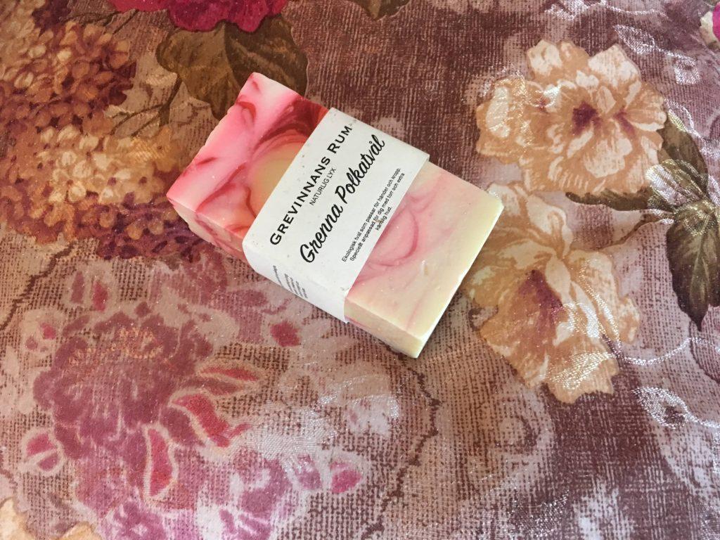 Såpe som matcher tekstilene på rommet i Grenna hotell, Småland
