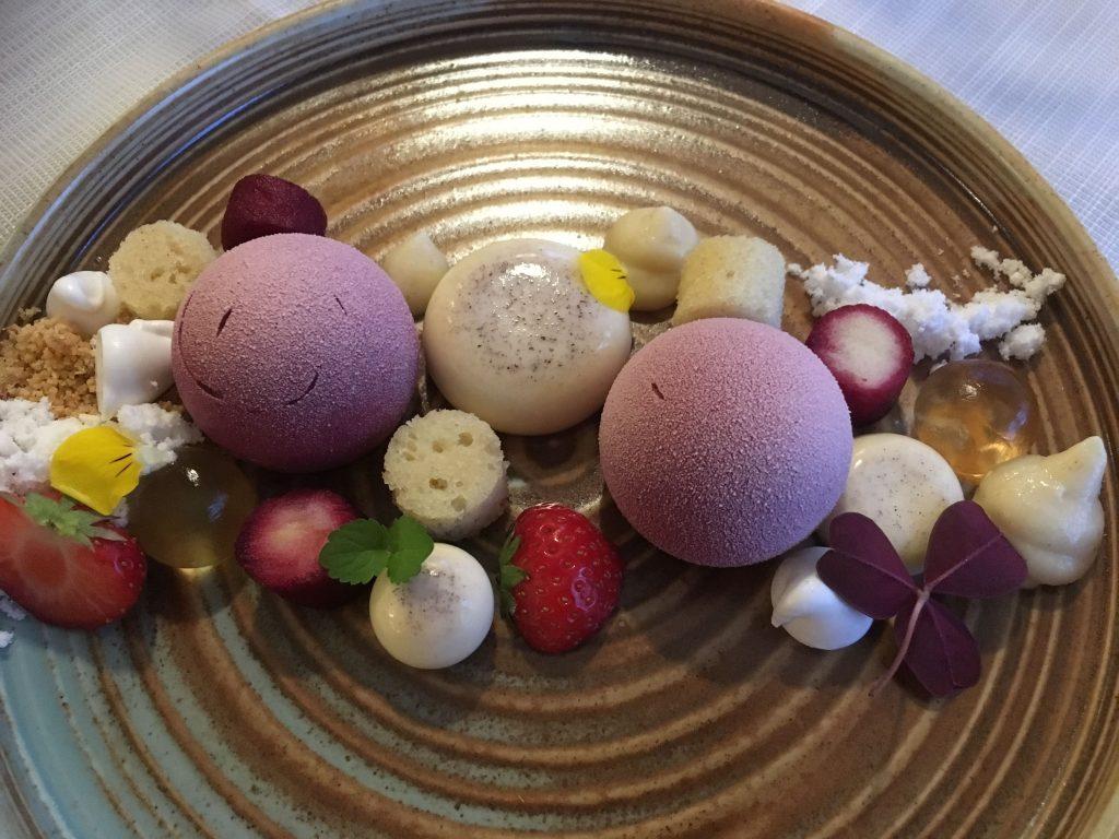 Selv desserten matcher med rommet mitt på Grenna hotell, Småland. Historien om Polkagris.