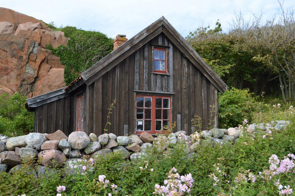 Et rustikt hus eller båthus nær Strandflickorna, Lysekil