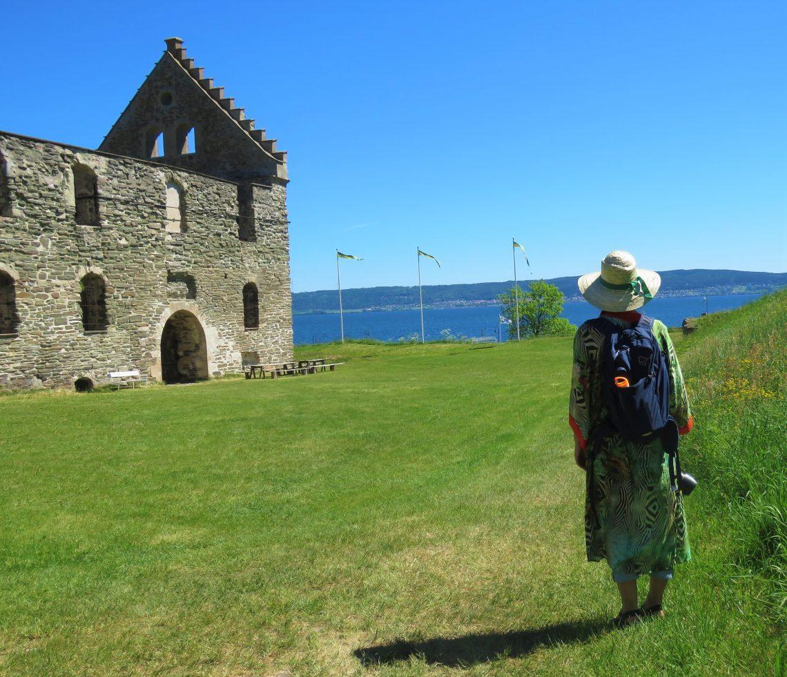 Cecilie som speider utover Vättern, på tur mot borgen. Visingsö, Småland
