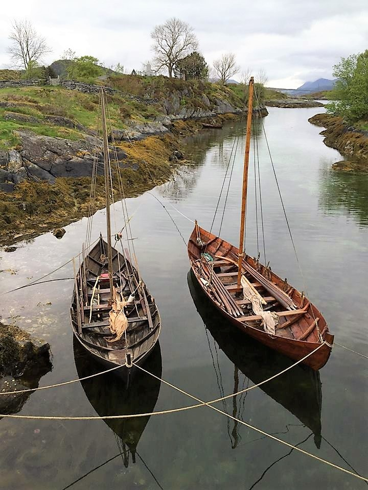 Herøy gard på Sunnmøre, båter på vannet 2