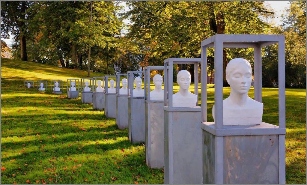 Foto Walter Schoffthaler 'Ut av parken' - skulptur i Rådhusparken i Fredrikstad.