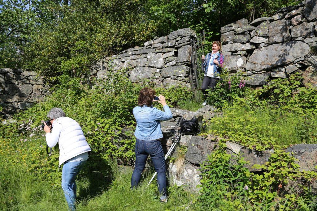 Tre søstre på fototur i Kjærlighetshaven til Gina Marie på Svinør-Hammerøy