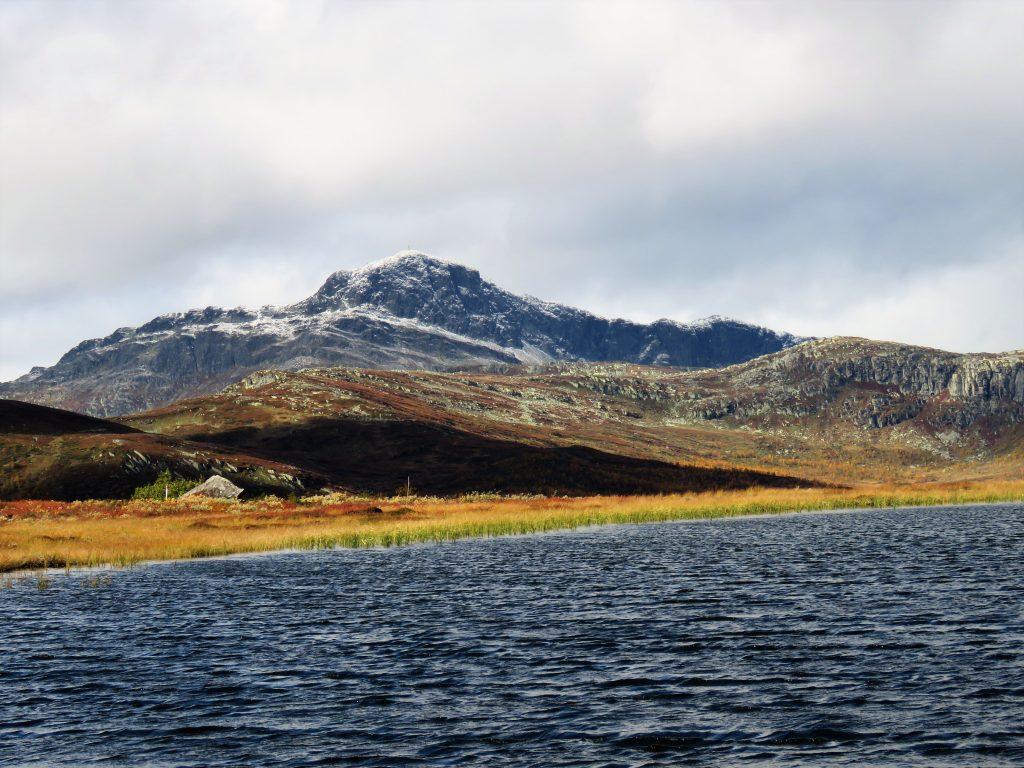 Beitostølen - høsttur i fjellet Fra et vann mot Bitihorn