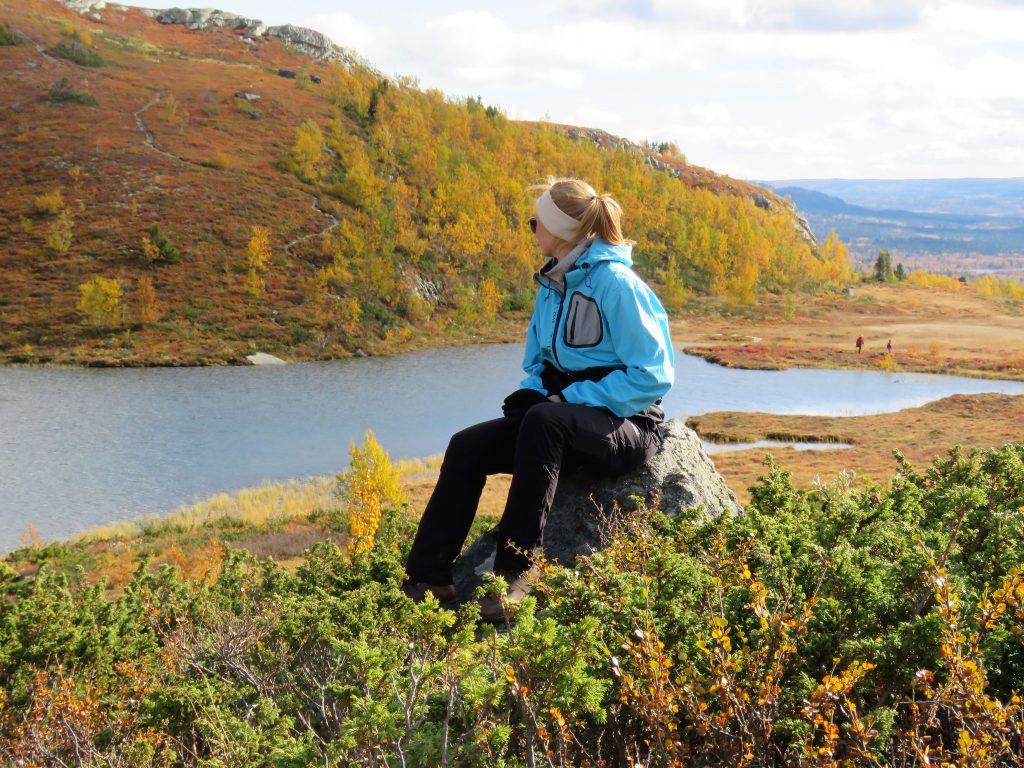 Beitostølen - høsttur i fjellet. Bonus sitter og nytter en vakker utsikt