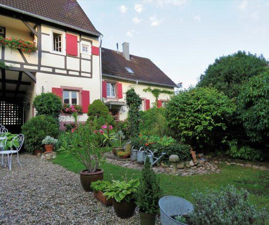 Hotel de Charme, Iffezheim - i hagen mot hotellrommene. Urbantoglandlig.
