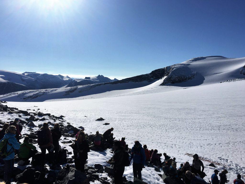 Far/datter-tur til Galdhøpiggen - Helge følget er samlet til informasjon om turen som skal gå samlet over styggebreen