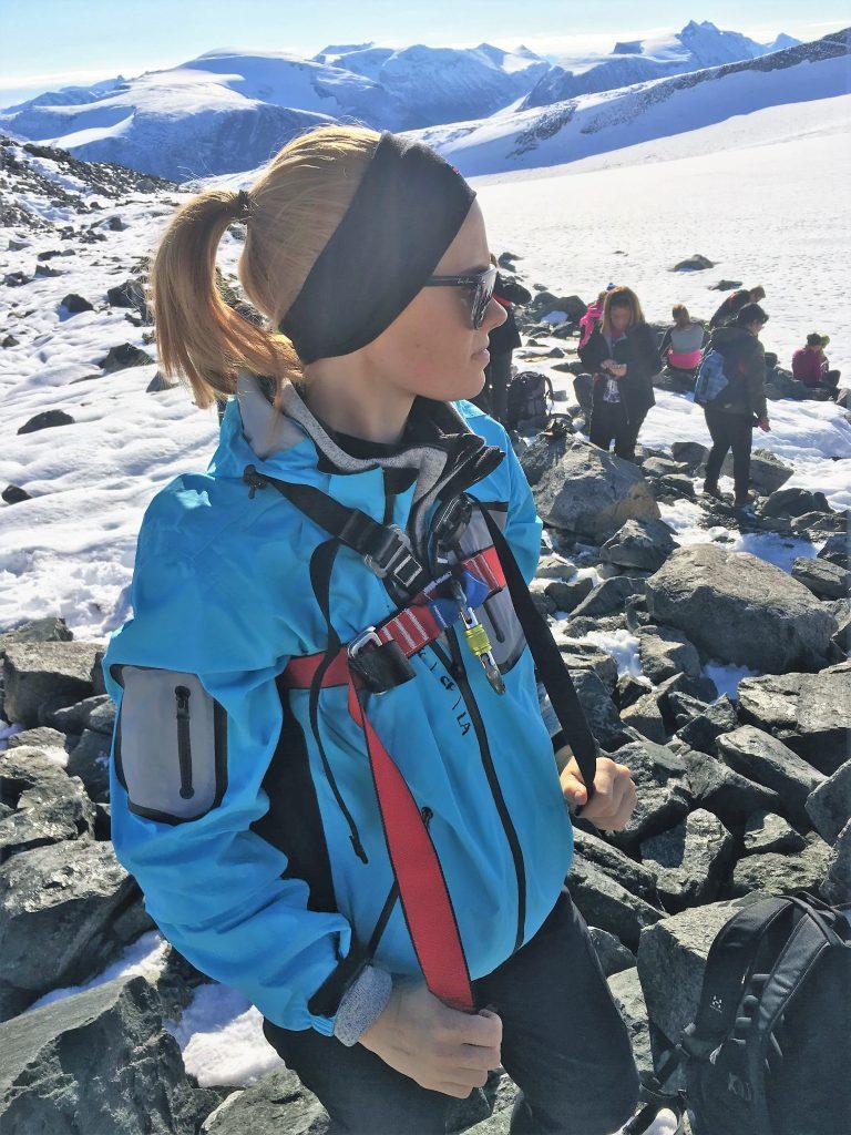 Far/datter-tur til Galdhøpiggen - Silje gjør seg klar til å gå i taulag over Styggebreen
