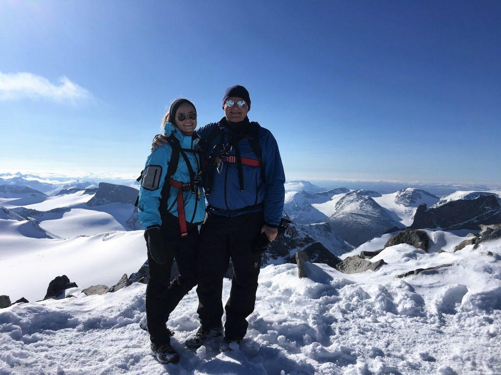 Far/datter-tur til Galdhøpiggen - lykkelig far og datter på toppen av Galdhøpiggen
