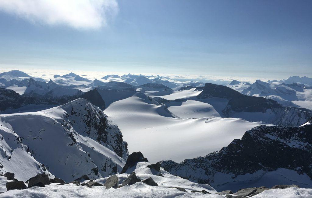 Far/datter-tur til Galdhøpiggen - panoramautsikt over fjellheimen fra Galdhøpiggen