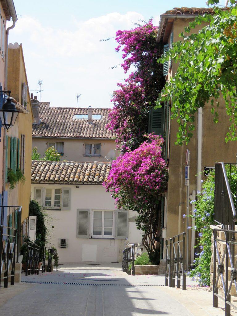 Jeg ville se bak fasaden på St.Tropez, blomstrende gate