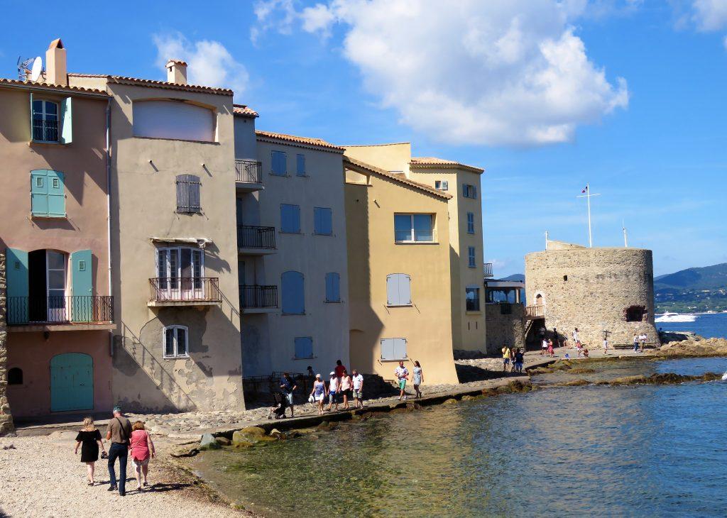 Jeg ville se bak den kontrastfylte fasaden på St.Tropez, her forlater vi havneområdet og går inn bak fasaen