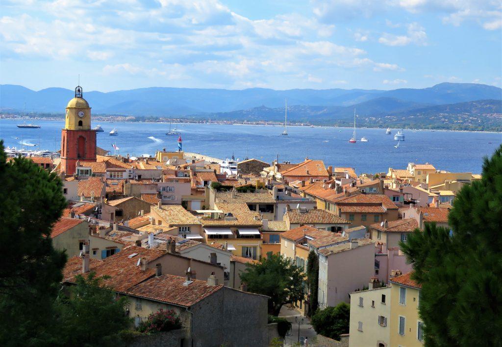 Jeg ville se bak den kontrastfylte fasaden på St.Tropez, perspektiv over byen