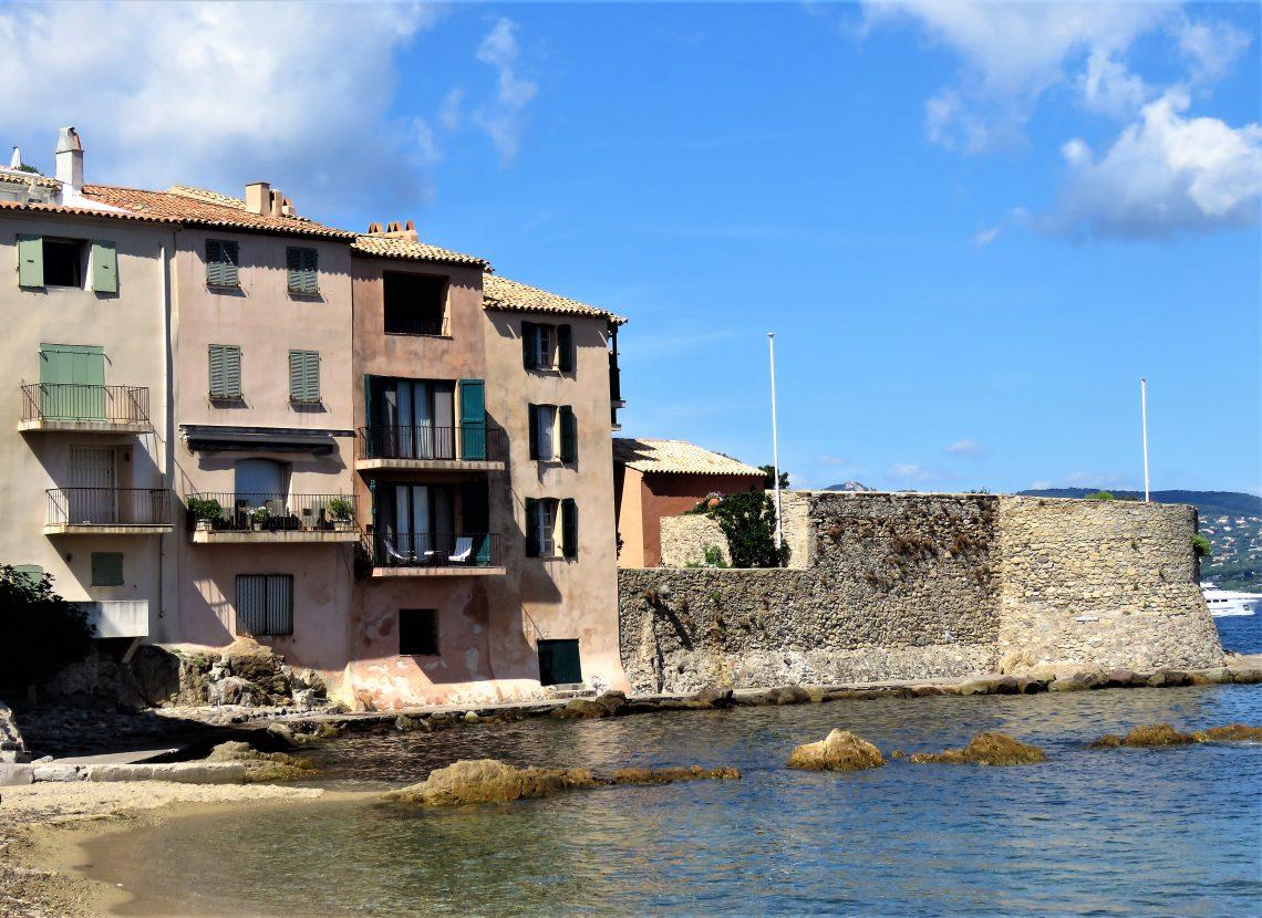 Jeg ville se bak fasaden på St.Tropez, rustikt område rett bak havna