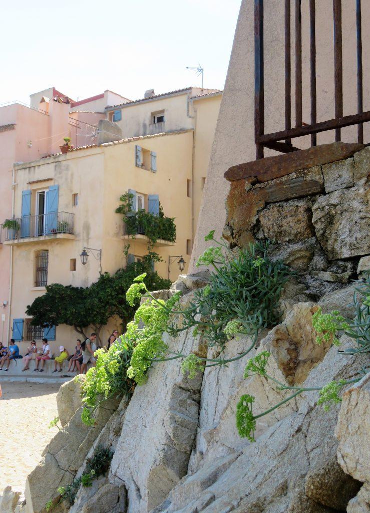 Jeg ville se bak fasaden på St.Tropez, strandområdene rett bak havnområdet