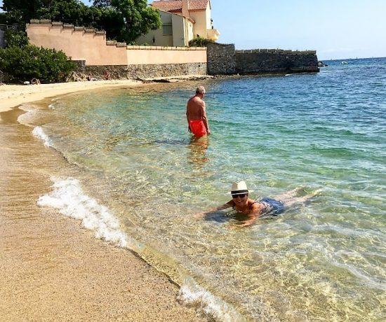 En helt alminnelig stranddag langs den franske riviera - her bader jeg med svenskekongens feriebolig i bakgrunnen