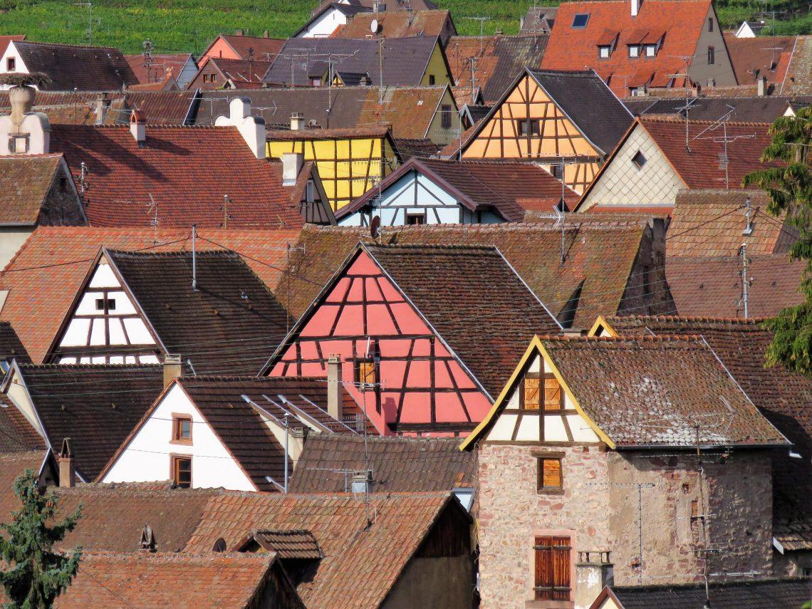 Riquewihr Bildet tatt fra utsiden av landsbyen oversikt hustakene. Urbantoglandlig