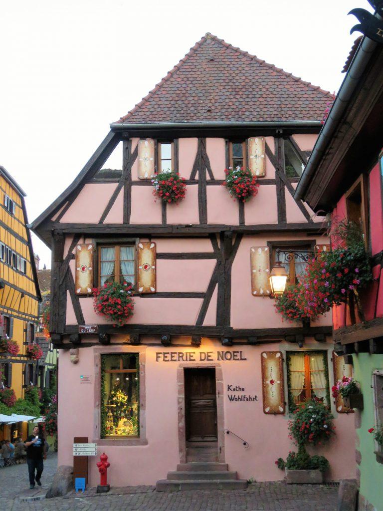 Riquewihr er kjent for mer enn vin - Her fra huset med juledekorasjoner som byen er kjent for