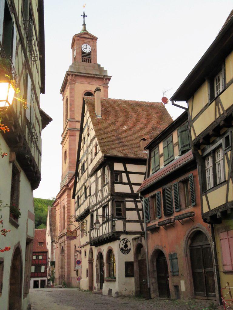 Riquewihr - en av tre kirker. Urbantoglandlig