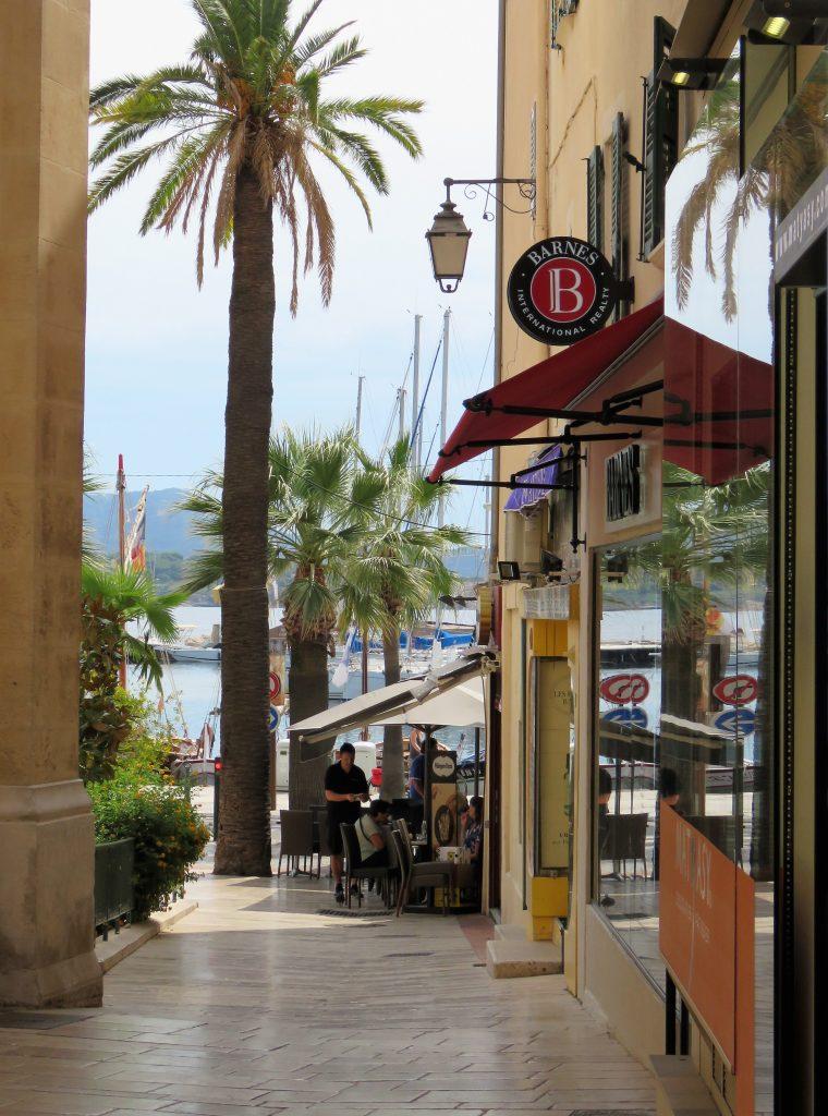 Sanary-sur-mer i Provence, kyst. Nedover mot havnen fra byen. Urbantoglandlig