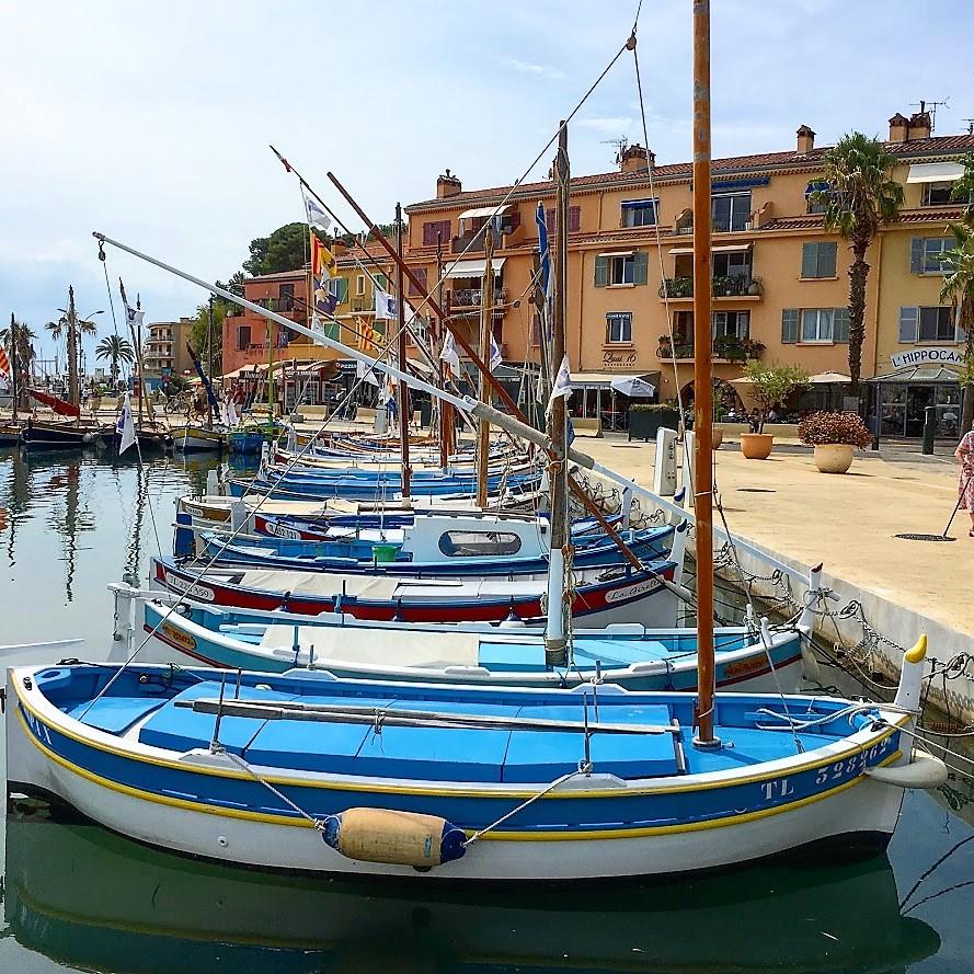Sanary-sur-mer i Provence, kystby. De fargerike fiskebåtene i havnen. Urbantoglandlig.