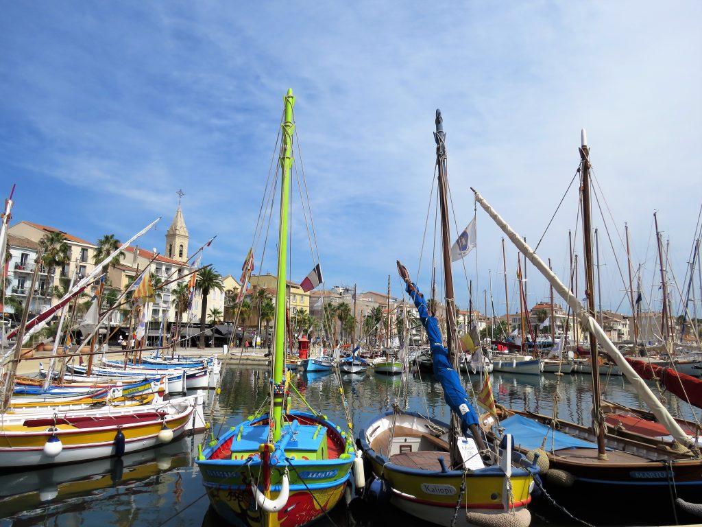 Sanary-sur-mer i Provence, kystby. Fantastiske enmastede fiskebåter. Urbantoglandlig.