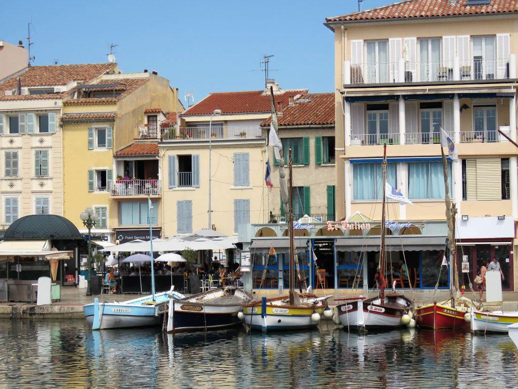 Sanary-sur-mer i Provence, kystby. Med pittoreske bygninger i bakgrunnen. Urbantoglandlig.