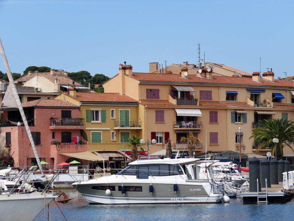 Sanary-sur-mer i Provence, kystby. Pittoreske bygg i bakgrunnen av havnen. Urbantoglandlig.