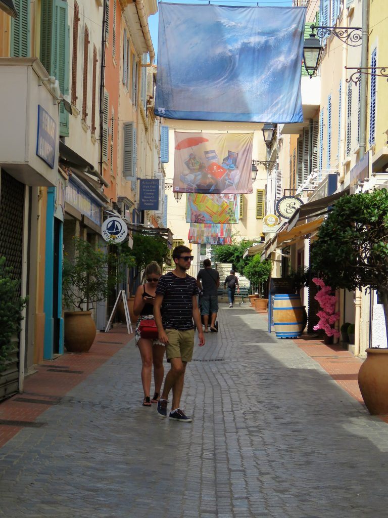 Sanary-sur-mer i Provence, kystby. Rolige gater i byen. Urbantoglandlig.