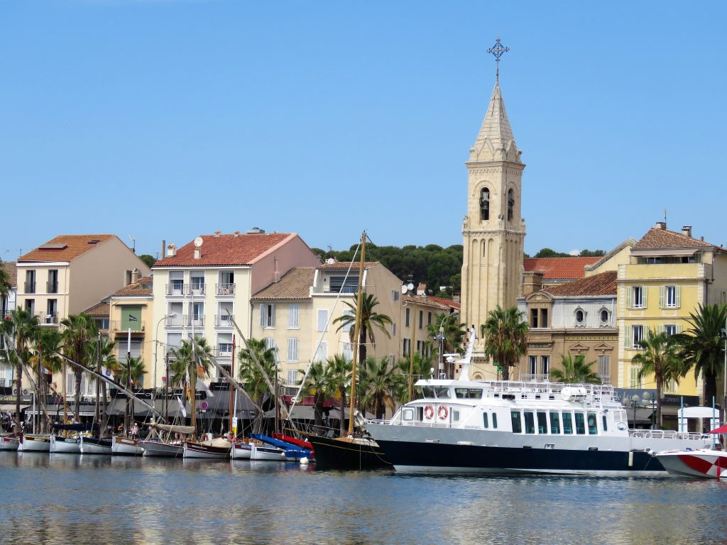 Sanary-sur-mer i Provence, kystby. Turistbåten er klar til sightseeing. Urbantoglandlig.