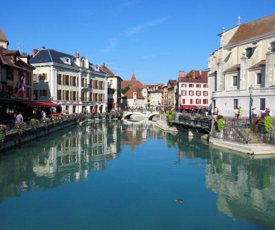 Annecy med Europas reneste innsjø. Utsikt over kanale og by. Urbantoglandlig