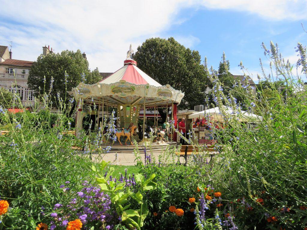 Beaune i Burgund, Hôtel Dieu. Park med gammel karusell Urbantoglandlig