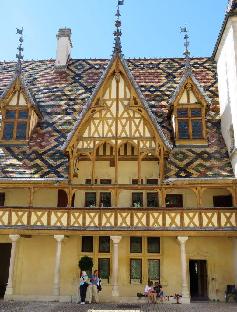 Beaune i Burgund, Hôtel Dieu. Utvendig. Urbantoglandlig