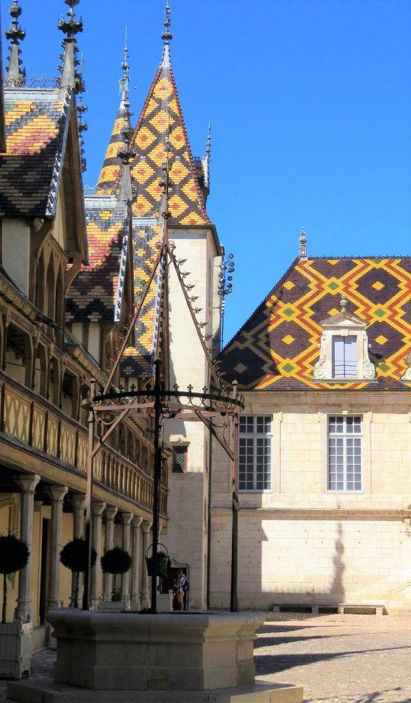 Beaune i Burgund, Hôtel Dieu. Ved brønnen. Urbantoglandlig
